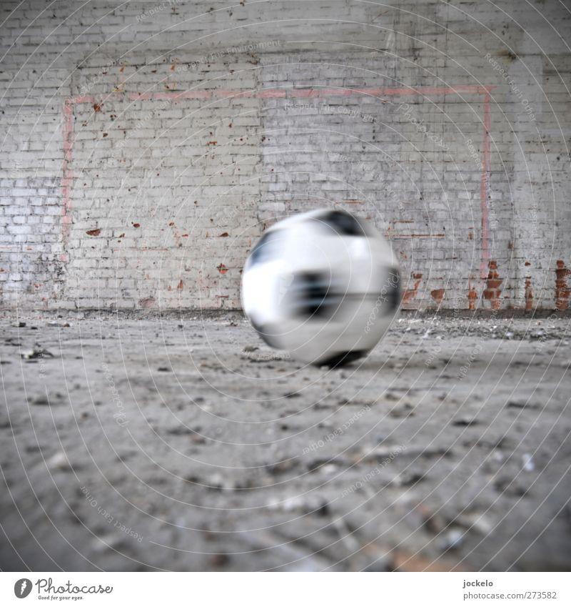 Ball rund, muss in Tor eckig! weiß grau lustig Fußball dreckig Armut Erfolg Begeisterung hässlich fleißig Euphorie diszipliniert Tapferkeit Torwart Ehre