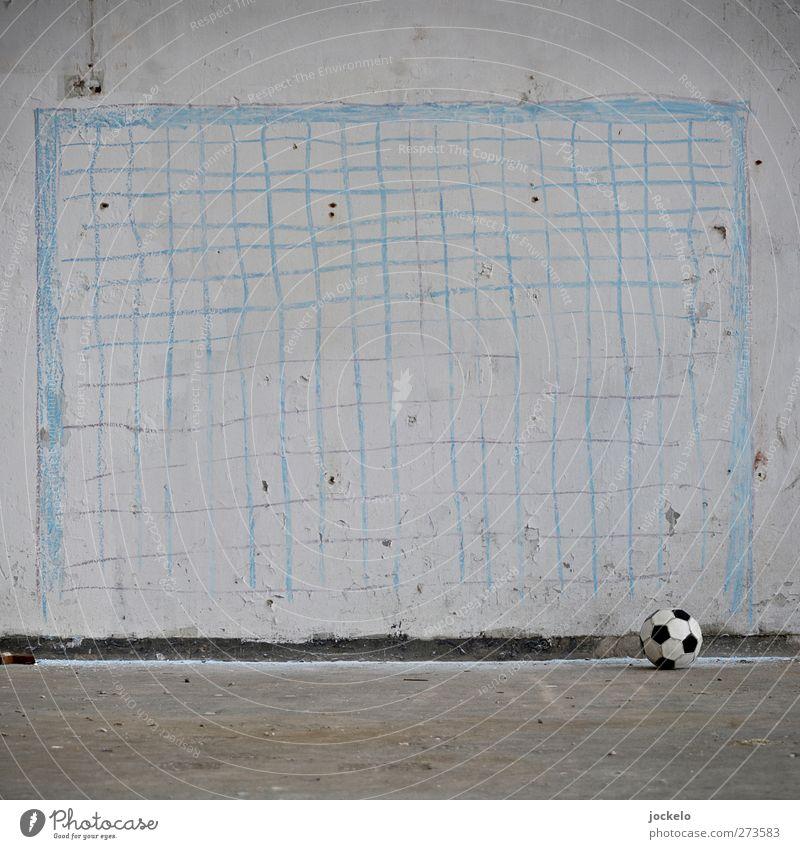 Einsam weiß Bewegung grau Fußball dreckig Armut Verfall Sportveranstaltung Begeisterung Fan Sportler Euphorie Tapferkeit Torwart Ehre
