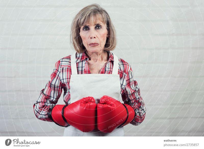Frau Mensch alt Lifestyle Senior Traurigkeit feminin 60 und älter Fitness bedrohlich Weiblicher Senior stark Wut Großmutter Stress Gewalt