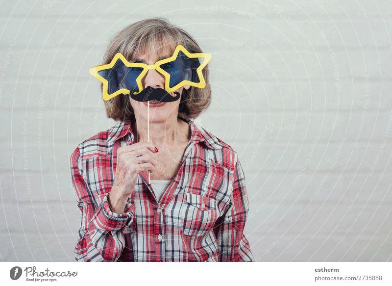 lustige Großmutter mit Sonnenbrille und Schnurrbart Lifestyle Erholung Feste & Feiern Karneval Ruhestand Mensch feminin Weiblicher Senior Frau 1 60 und älter