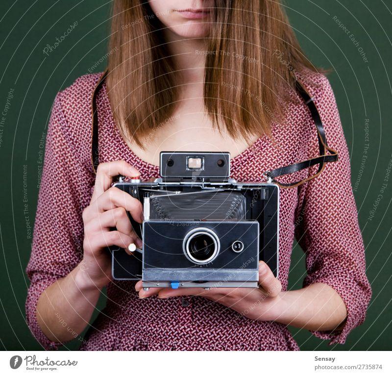 Oldtimer-Kamera Stil schön Fotokamera Mensch Frau Erwachsene Hand Mode alt retro grün weiß Farbe altehrwürdig Fotografie Halt Linse Mädchen Fotografieren 1960s