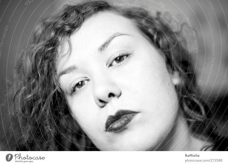 who cares Jugendliche Erwachsene Gesicht Auge feminin Haare & Frisuren Kopf Junge Frau 18-30 Jahre Mund Nase Locken brünett langhaarig Augenbraue Lippenstift