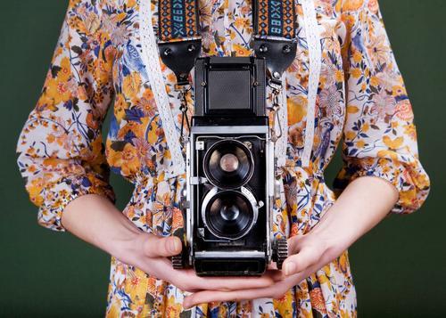 Oldtimer-Kamera Stil schön Fotokamera Mensch Frau Erwachsene Hand Blume Mode Kleid alt retro grün rot weiß Farbe altehrwürdig Fotografie Halt Linse Mädchen