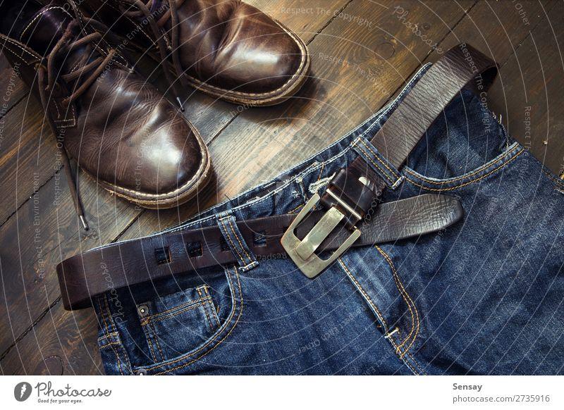Jeans-Gürtel und Schuhe auf Holz gesetzt Stil Ferien & Urlaub & Reisen Mann Erwachsene Mode Bekleidung Jeanshose Leder Stiefel alt retro blau braun schwarz
