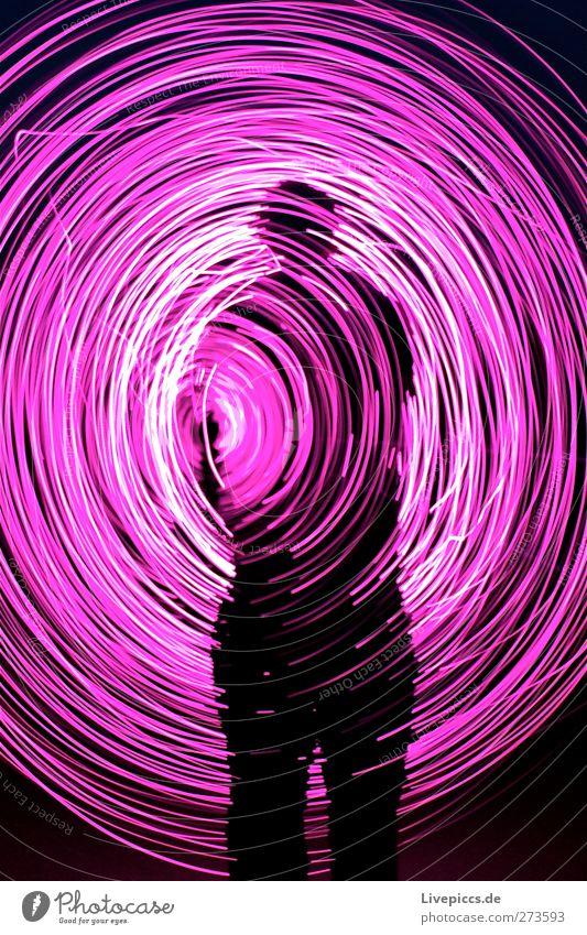 ROSA RODDEN Mensch maskulin Junger Mann Jugendliche Erwachsene Körper 1 drehen leuchten rosa Lichtspiel Lichterkette Farbfoto Außenaufnahme Experiment Nacht