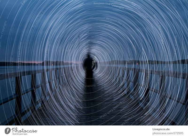 Steg an der Müritz Mensch maskulin Junger Mann Jugendliche Erwachsene Körper 1 Kunst Künstler Maler Wasser Seeufer Strand Hafen drehen gehen leuchten blau weiß