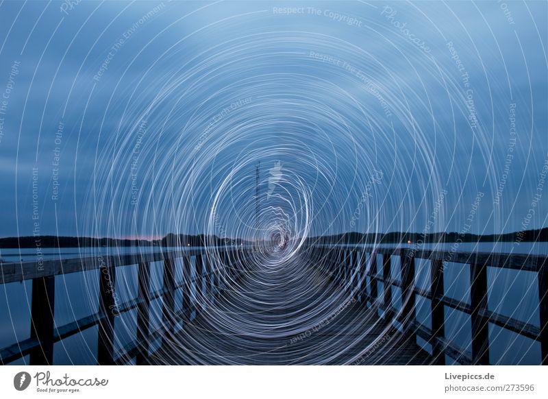 Steg an der Müritz 2 Mensch maskulin Mann Erwachsene Körper 1 Kunst Künstler Wasser Himmel Seeufer Strand Hafen drehen gehen leuchten blau weiß Lichtspiel