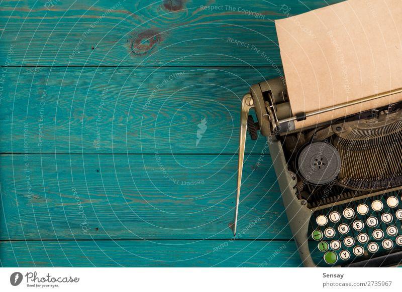 Schreibmaschine auf dem blauen Holztisch Stil Tisch Büro Buch Papier alt schreiben retro grün Hintergrund altehrwürdig Schriftsteller Maschine Mitteilung Brief