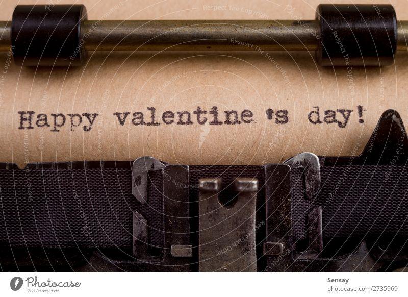 getippte Wörter auf einer Vintage-Schreibmaschine Valentinstag Buch Papier alt schreiben retro schwarz weiß Sympathie Freundschaft Zusammensein Liebe Nostalgie