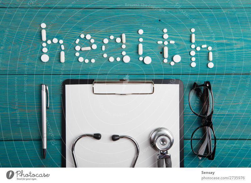 Gesundheitskonzept - Pillen, Stethoskop, Klemmbrett und Brille Gesundheitswesen Medikament lesen Schreibtisch Tisch Wissenschaften Arzt Arbeitsplatz Büro