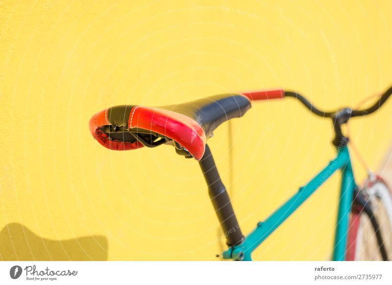 Ein City-Fahrrad mit festem Gang an der gelben Wand Stil Arbeit & Erwerbstätigkeit Industrie Technik & Technologie Kultur Stadt Verkehr Straße Rost alt