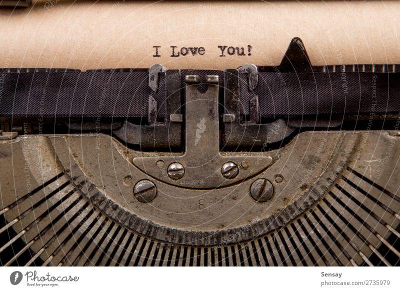 getippte Wörter auf einer Vintage-Schreibmaschine Buch Papier alt Liebe schreiben retro schwarz weiß Nostalgie Etage altehrwürdig Text Schriftsteller vergangen
