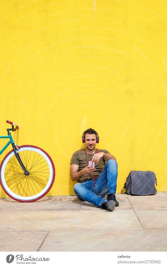 Die Frontansicht eines attraktiven Mannes sitzt auf dem Boden. Lifestyle Glück Erholung Musik Telefon Handy PDA Technik & Technologie Mensch maskulin