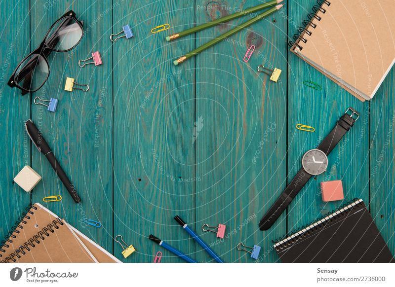 Arbeitsplatz mit Notizblock, Brille, Uhr und anderem Zubehör lesen Schreibtisch Tisch Arbeit & Erwerbstätigkeit Büro Business Papier Schreibstift Holz