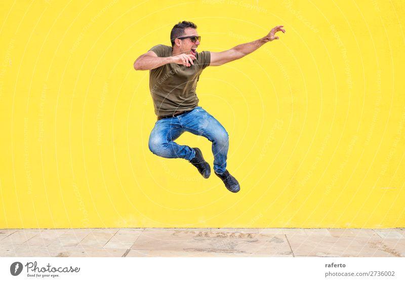 Frontansicht eines jungen Mannes mit Sonnenbrille beim Springen Lifestyle Stil Freude Glück Mensch maskulin Junge Junger Mann Jugendliche Erwachsene 1