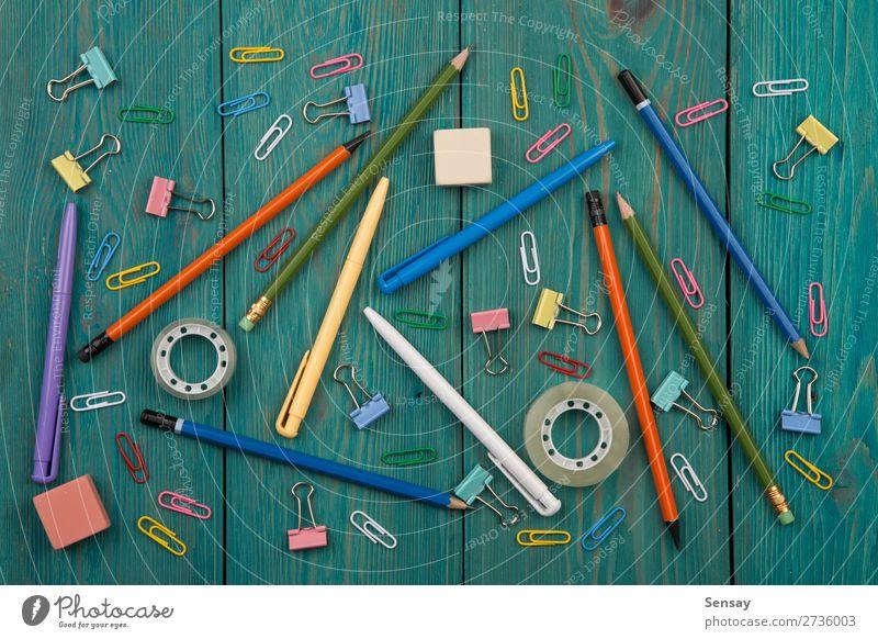 Bürobedarf auf dem Holzuntergrund Schreibtisch Tisch Bildung Arbeit & Erwerbstätigkeit Arbeitsplatz Business schreiben oben blau Hintergrund Desktop Bleistift