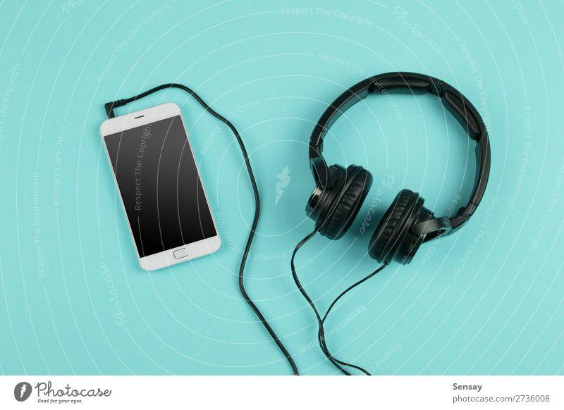 Musik-Online-Konzept - Phablet und Kopfhörer Freizeit & Hobby Tisch Business Telefon PDA Computer Bildschirm Technik & Technologie Internet Medien oben klug