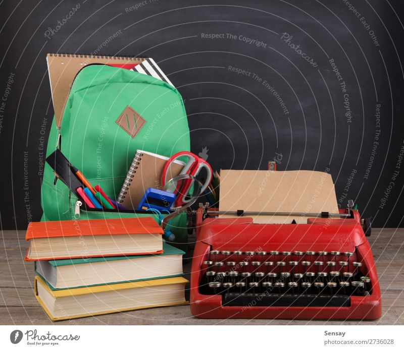 Bildungskonzept - Schulrucksack mit Büchern Schreibtisch Tisch Kind Schule lernen Klassenraum Tafel Werkzeug Schere Menschengruppe Buch Accessoire Schreibstift