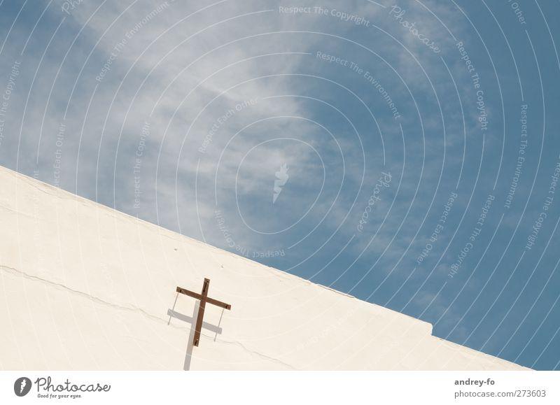 ..über Gott und Himmel Religion & Glaube Kirche Mauer Wand Fassade Beton Kreuz Unendlichkeit hell Sauberkeit blau weiß Gefühle Optimismus Vertrauen Schutz