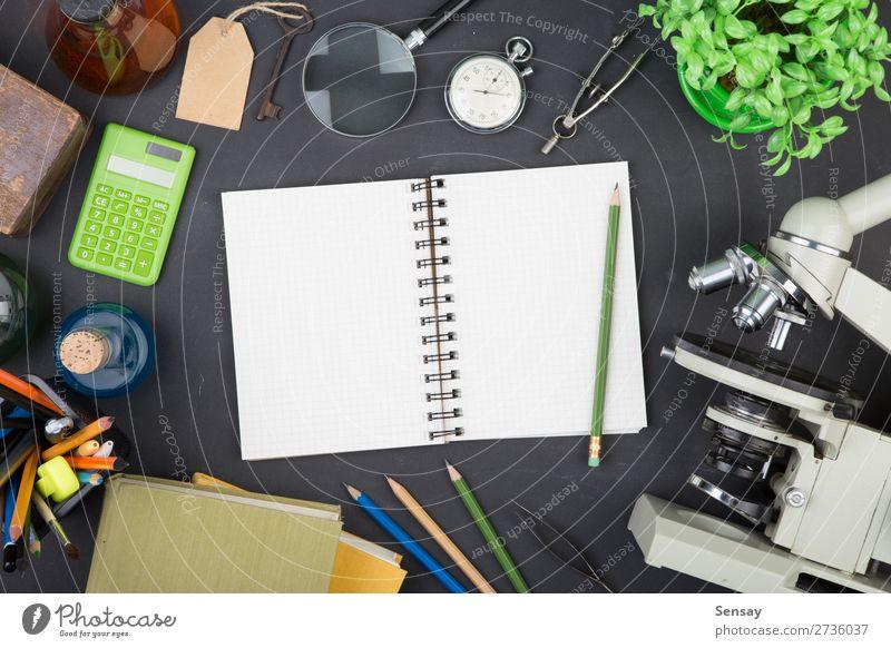 Lehrkonzeptbücher und Mikroskop auf dem Schreibtisch Tisch Bildung Wissenschaften Erwachsenenbildung Schule lernen Klassenraum Tafel Studium Labor Buch