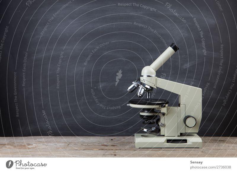 Wissenschaftliches Konzeptmikroskop auf dem Tisch im Auditorium Medikament Bildung Wissenschaften Schule Labor Technik & Technologie Museum Mikroskop alt retro