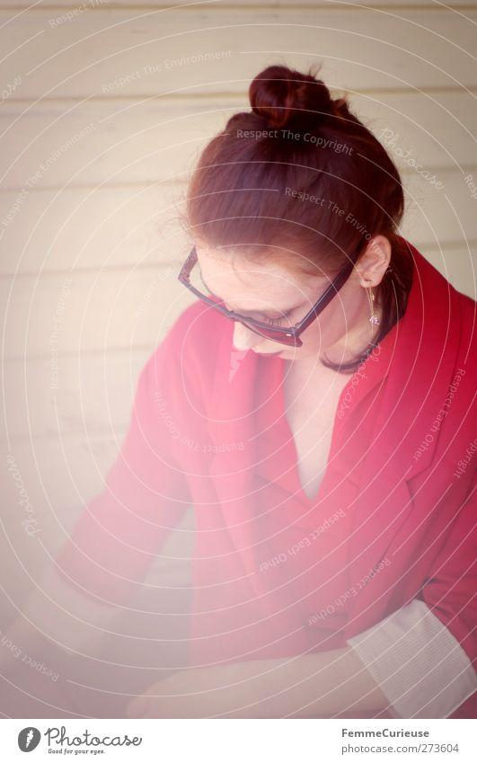 Busy. Lifestyle elegant Stil schön Städtereise feminin Junge Frau Jugendliche Erwachsene 1 Mensch 18-30 Jahre einzigartig Sonnenbrille Jacke rot nachdenklich