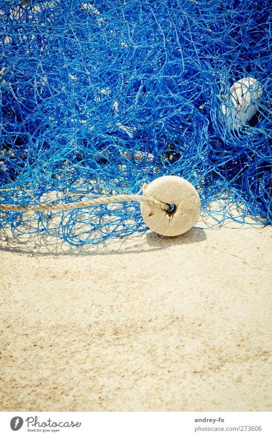Fischernetz Sand chaotisch Zusammenhalt Netz netzartig Schwimmer (Angeln) blau Kunststoff Seil Verbindung Fischereiwirtschaft Schnur Farbfoto Außenaufnahme