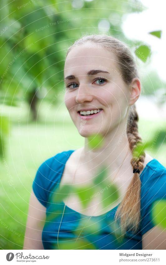 Nini Mensch Frau Natur Jugendliche Pflanze Sommer Freude Blatt Erwachsene Umwelt Wiese feminin Gefühle Frühling Glück Garten