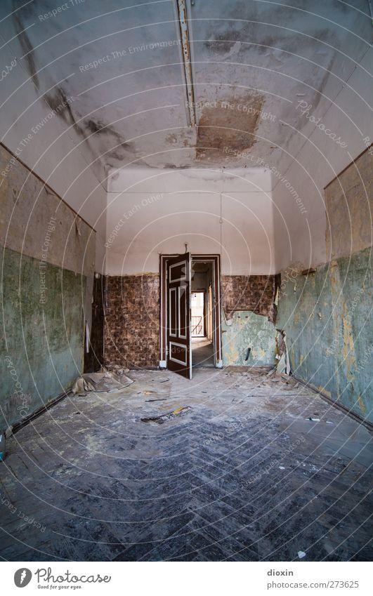 The Door of Perception Menschenleer Haus Bauwerk Gebäude Architektur Heilstätte Krankenhaus Mauer Wand Tür Raum Bodenbelag Fischgrätenmuster Farbe alt Stadt