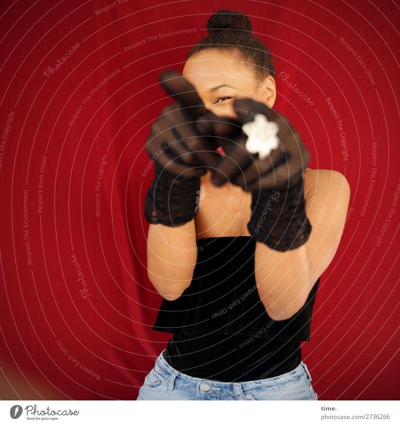 You got it! feminin Frau Erwachsene 1 Mensch Schauspieler Hemd Jeanshose Stoff Schmuck Handschuhe schwarzhaarig beobachten festhalten lachen Blick Fröhlichkeit