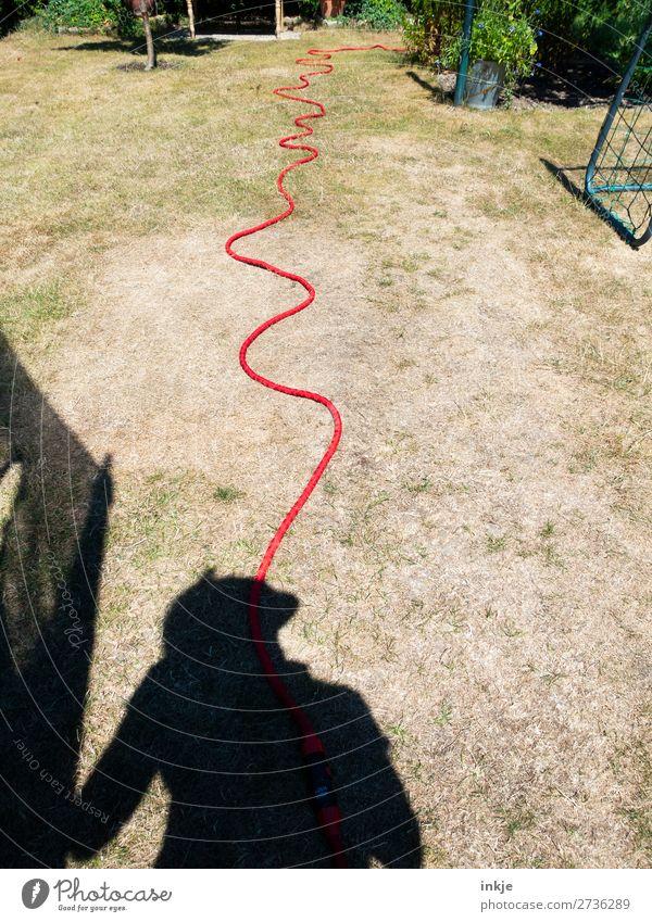 Wasserspeier Lifestyle Freude Freizeit & Hobby Spielen Frau Erwachsene Leben Oberkörper 1 Mensch Gartenschlauch lustig trocken Schatten Silhouette geschlängelt