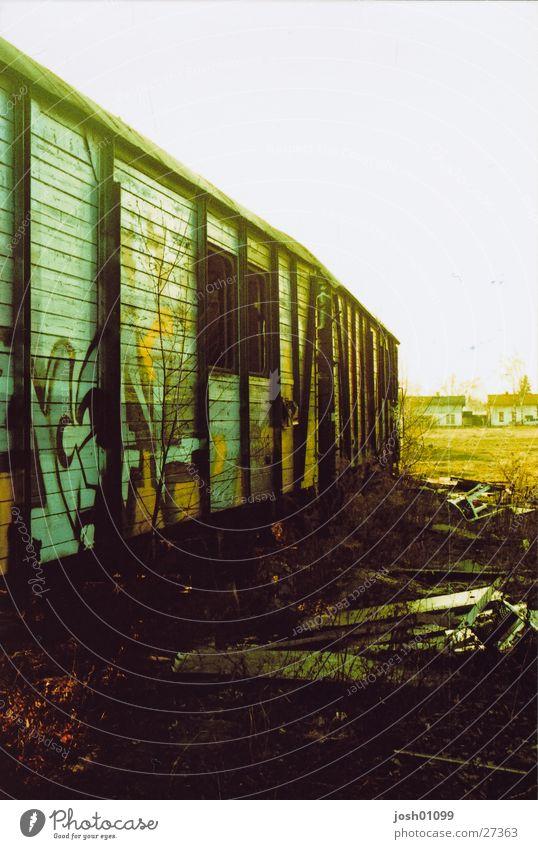 Zug auf dem Weg nirgendswo Eisenbahn Gleise Verkehr cross Graffiti Einsamkeit alt