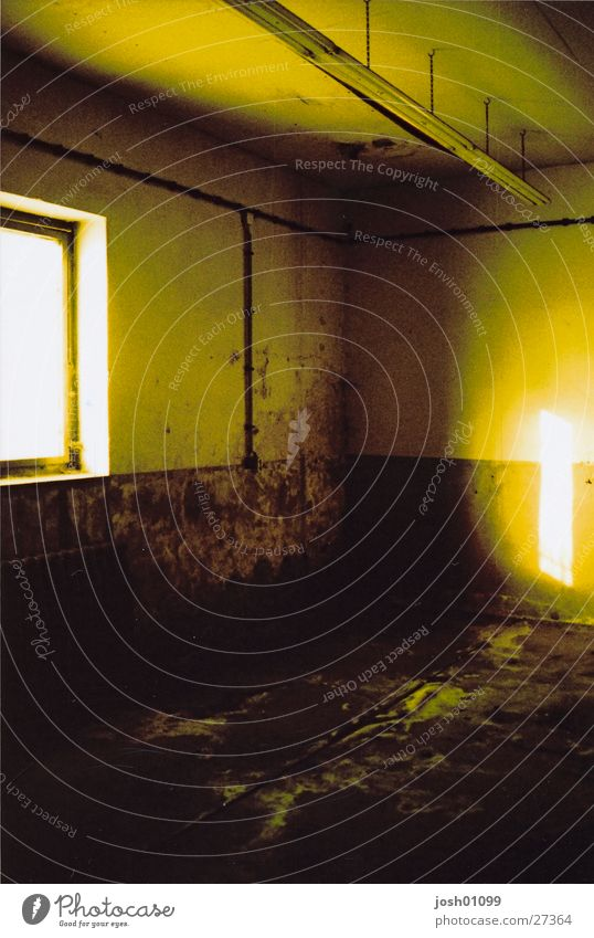 Kackraum leer dunkel Fabrik Architektur Raum cross Einsamkeit Lagerhalle
