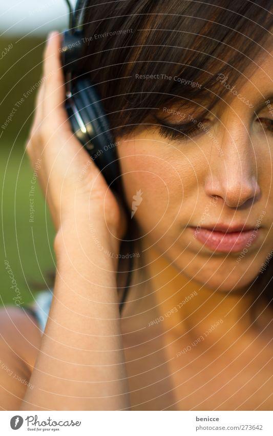Sound Mensch Frau Sommer Traurigkeit Junge Frau Musik festhalten genießen hören Europäer Kopfhörer ernst dunkelhaarig
