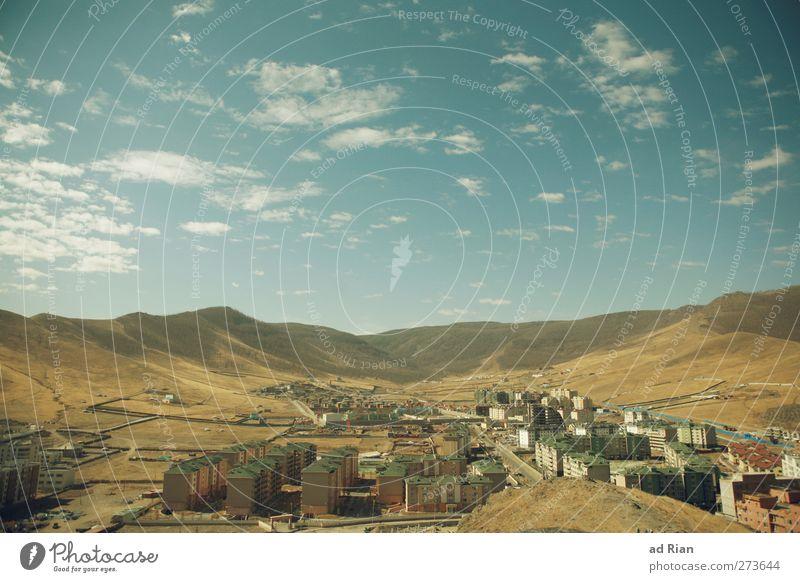 zersiedelung Natur Himmel Wolken Wärme Dürre Steppe Hügel Berge u. Gebirge Wüste Ulan Bator Mongolei Stadtrand Haus Hochhaus Häusliches Leben Unendlichkeit