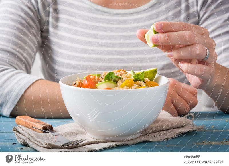 Frau Gesunde Ernährung weiß Foodfotografie Gesundheit Lebensmittel Essen Holz natürlich frisch Tisch Gemüse Vegetarische Ernährung Diät Schalen & Schüsseln