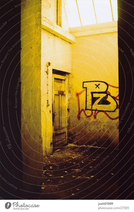 einsame Tür Fabrik Licht Architektur cross alt Graffiti