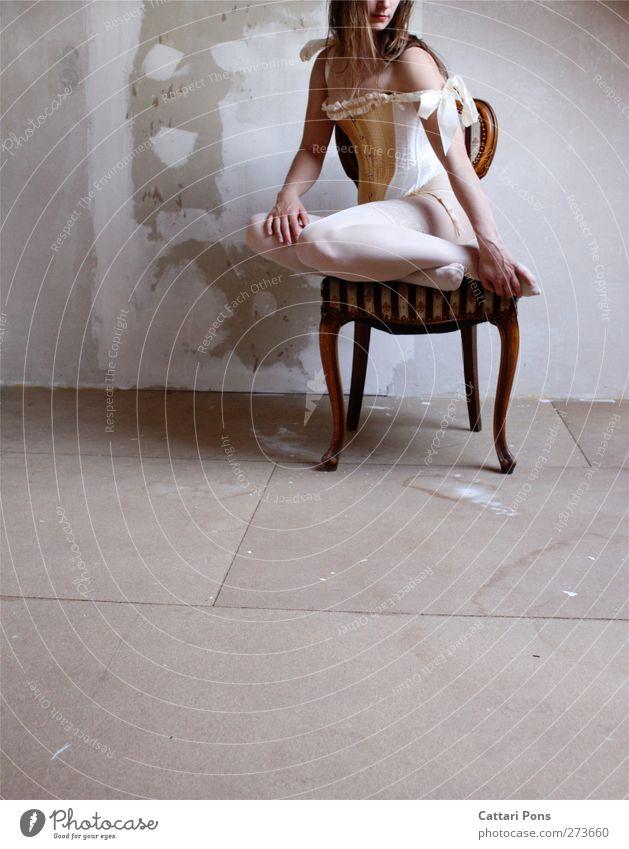 Swan Sorrows Mensch Frau Jugendliche Erwachsene dunkel feminin Körper sitzen elegant 18-30 Jahre einzigartig Stoff Stuhl berühren Kitsch dünn