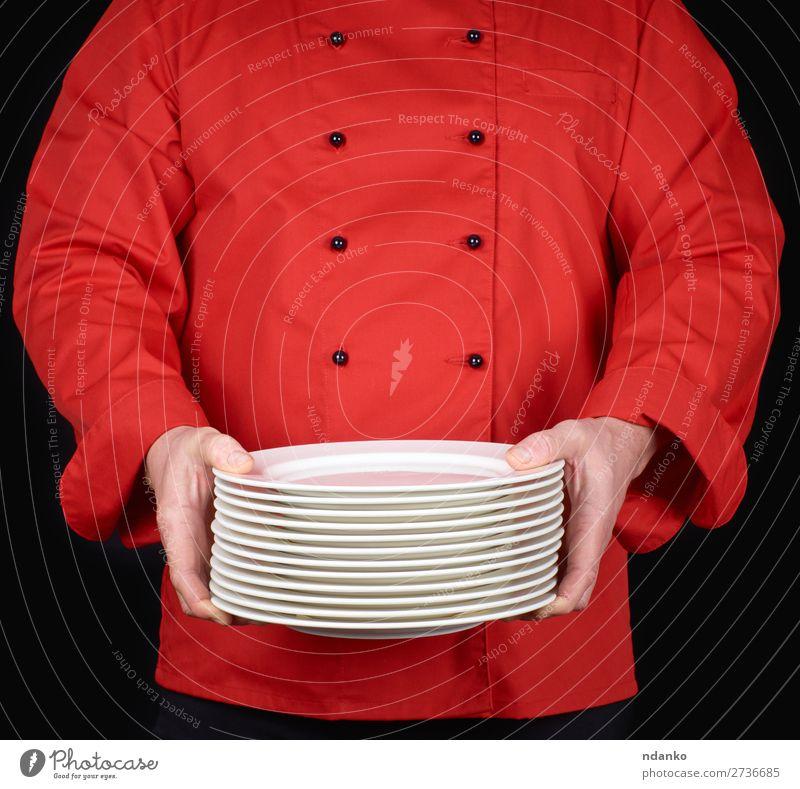 Stapel von runden weißen leeren Tellern Küche Restaurant Beruf Koch Mensch Mann Erwachsene Hand stehen schwarz Kaukasier Keramik Küchenchef Essen zubereiten
