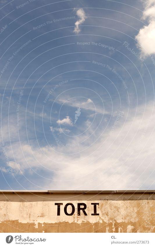 TOR I Himmel Wolken Schönes Wetter Bauwerk Gebäude Mauer Wand Zeichen Schriftzeichen Ziffern & Zahlen Schilder & Markierungen blau Verfall Tor Typographie 1