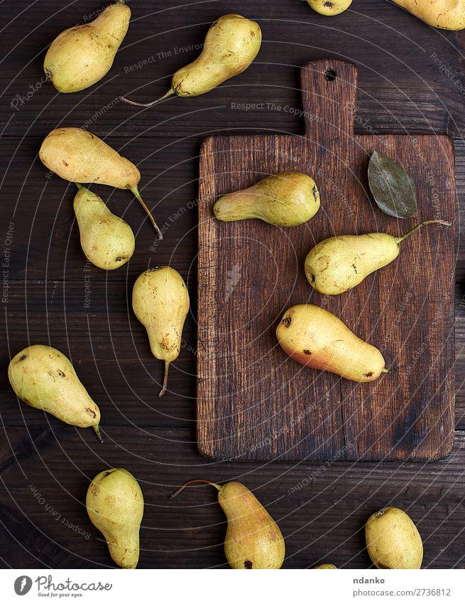 frische reife gelbe Birnen auf einem braunen Holztisch Frucht Ernährung Vegetarische Ernährung Diät Tisch Menschengruppe Natur alt Essen lecker natürlich oben