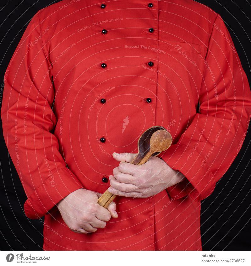 Koch in roter Uniform mit alten Holzlöffeln Löffel Küche Restaurant Beruf Mensch Mann Erwachsene Hand stehen schwarz Kaukasier Küchenchef zerkleinernd