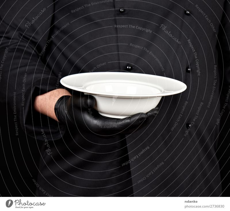 runde leere weiße Platte Suppe Eintopf Frühstück Abendessen Teller Küche Restaurant Beruf Koch Mensch Mann Erwachsene Hand Jacke Handschuhe stehen dunkel