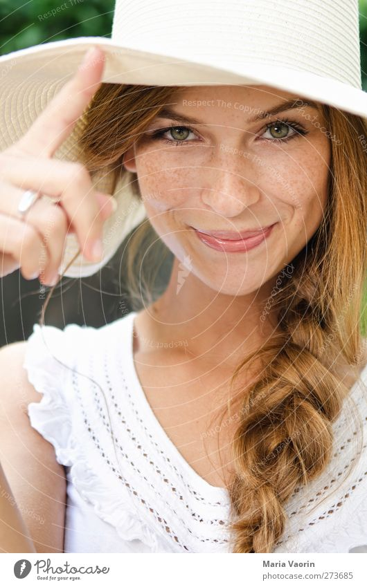 Ein Lächeln zaubern Mensch Jugendliche schön Sommer Erwachsene feminin Glück Junge Frau Mode natürlich 18-30 Jahre Fröhlichkeit Lächeln Hut Lebensfreude brünett