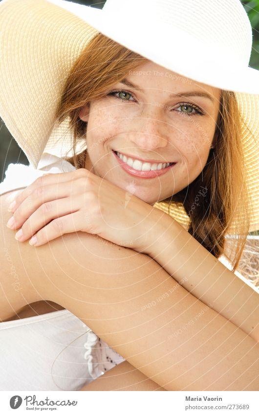 Sommerfeeling Mensch feminin Junge Frau Jugendliche 1 18-30 Jahre Erwachsene Mode Hut brünett langhaarig Zopf Lächeln schön natürlich Glück Fröhlichkeit
