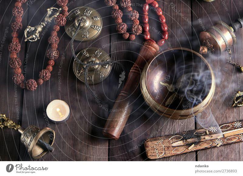 Tibetische religiöse Objekte für die Meditation Behandlung Alternativmedizin Medikament harmonisch Erholung Tisch Werkzeug Kerze Stein Holz Metall alt oben