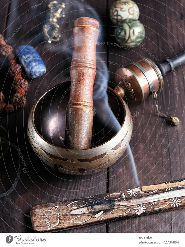 Kupferklangschale und ein Holzstab Lifestyle Behandlung Alternativmedizin Wellness Erholung Meditation Tisch Musik Yoga Kultur Kerze Metall alt braun