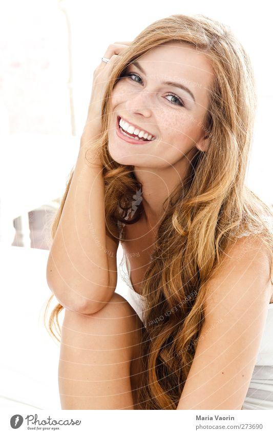 Natural Beauty schön Häusliches Leben Bett Schlafzimmer feminin Junge Frau Jugendliche 1 Mensch 18-30 Jahre Erwachsene T-Shirt brünett langhaarig Lächeln lachen
