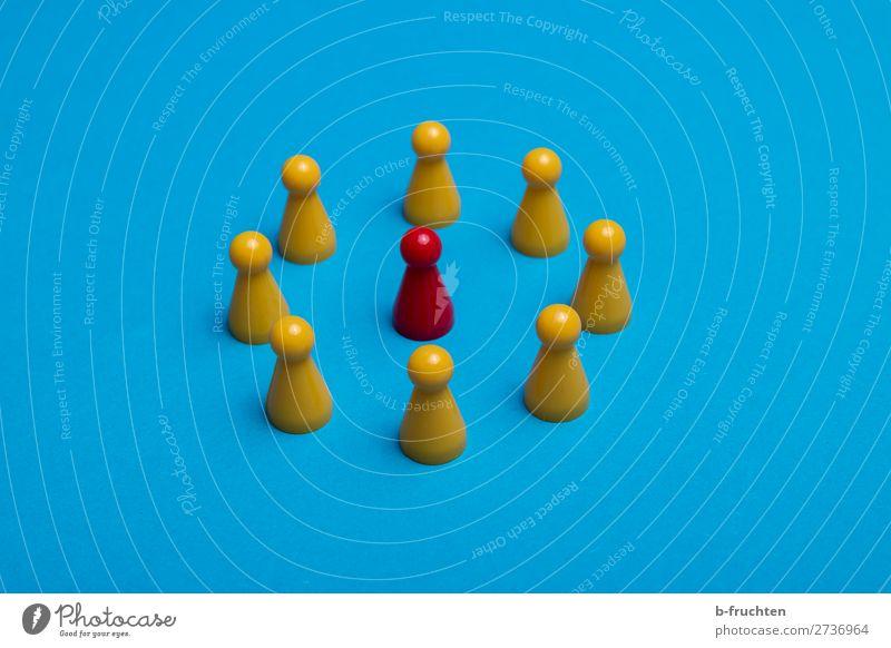 Einer steht im Mittelpunkt Spielen Spielzeug Kunststoff wählen beobachten Kommunizieren blau gelb rot Gastfreundschaft Partnerschaft Gesellschaft (Soziologie)
