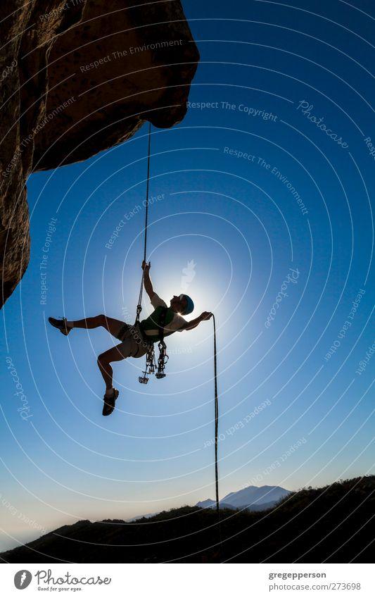Mensch Mann blau Erwachsene Berge u. Gebirge Leben Felsen maskulin Abenteuer Seil einzigartig Gipfel Klettern Fitness Vertrauen Mut